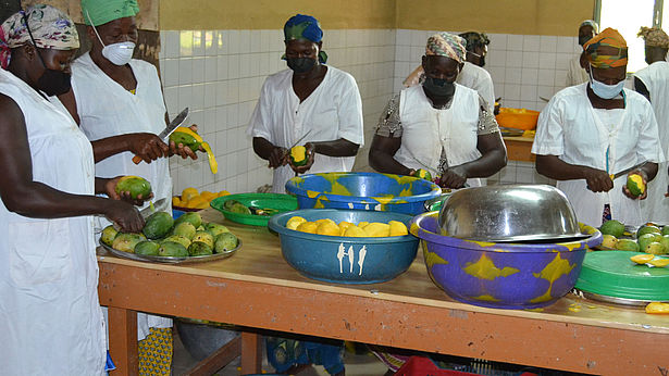 UPROMABIO-kvinnor förbereder färsk mango för torkning. foto: Gepa.