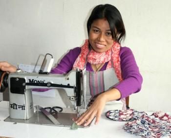 Sana Hastakala, kvinna med symaskin. foto från El Puente Fair Trade