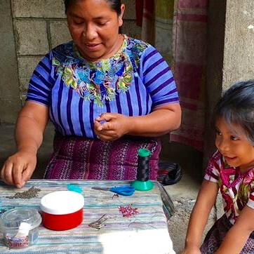 Kvinna i gruppen Artesania Juanita i Guatemala gör ett pärlsmycke. Foto: Fair Monkey.
