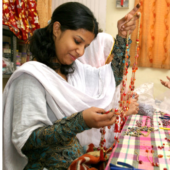 Att göra smycken är mycket handarbete. (Foto: El Puente - Die Fair Trade Pioniere)