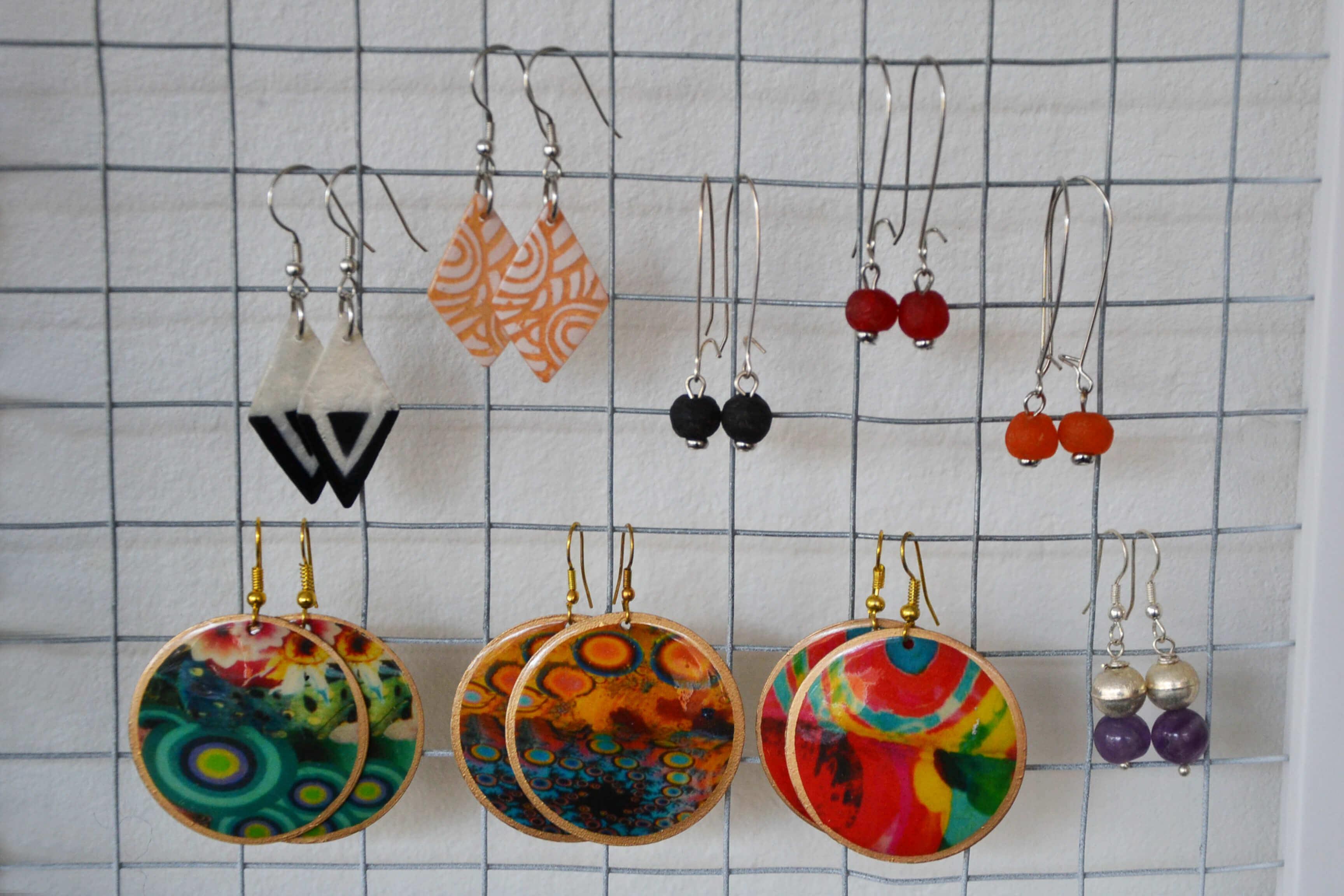 Örhängen, örsmyckeni många färger & former, olika material. handgjorda, unika, fair.