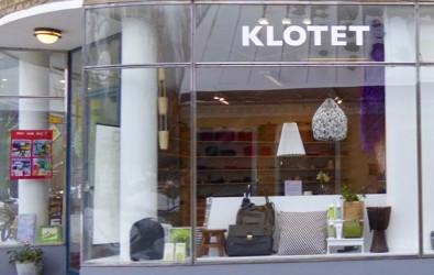 Klotets skyltfönster vid entrén visar läderväskor i olika storlekar och färgar, därtill trumma, barnpall av trä och hudvårdsprodukter.