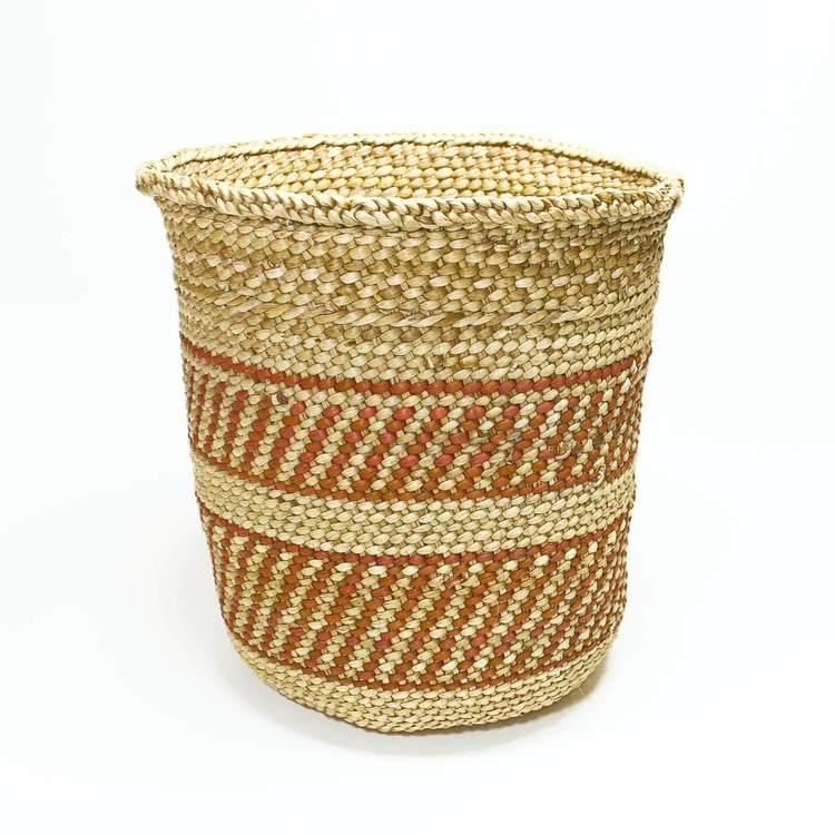 Öppen, flätad korg i naturfärg med enkelt terracottafärgat mönster som är typiskt i regionen Njombe, Iringa i Tanzania. Milulu-gräs.