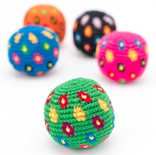 Handvirkade jongleringsbollar, olika färger, blomstermotiv. Fair Trade från Guatemala.