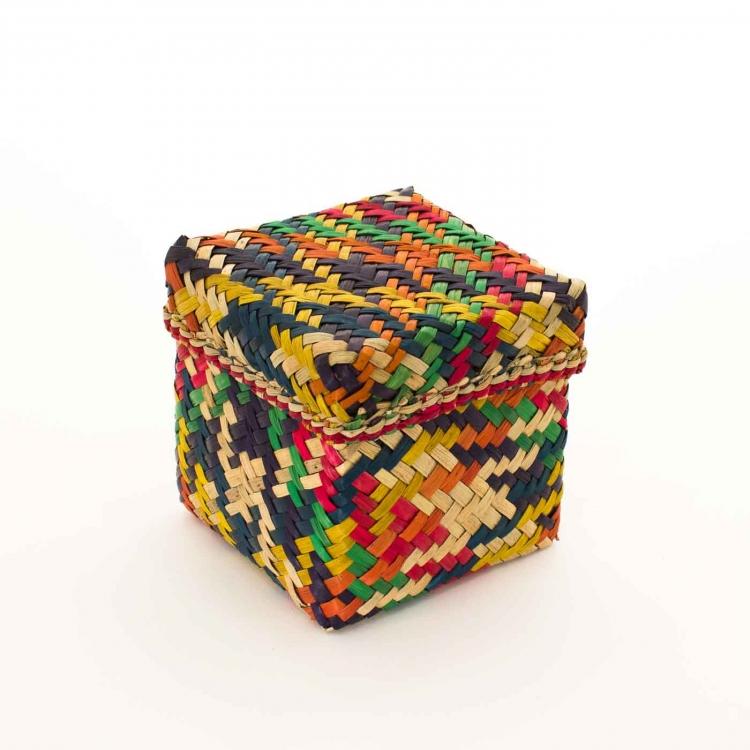 Kubisk korg med lock på, gjord av Patti-gras. Brokigt färgad i orange, gul, grön, röd, mörkblå. Bangladesh, Prokritee.