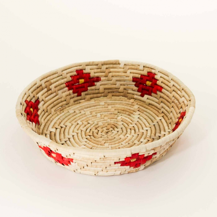 Korg med rött mönster för frukt eller bröd. Tål även heta grytor direkt från ugnen.