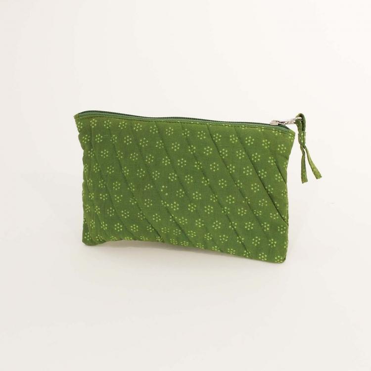Liten necessär, sminkväska i två gröna nyanser, bomull, med dragkedja. Handgjord i Indien, Fair Trade.