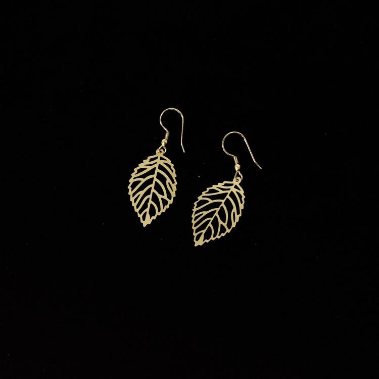 Smycke: örhänge i form av ett blad, guldfärgad metall, nickelfri från Tara Projects, etisk handel, Fair Trade