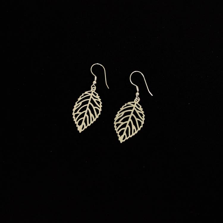 smycke: örhänge i bladform, silverfärgad metall, nickelfri, från Tara Projects