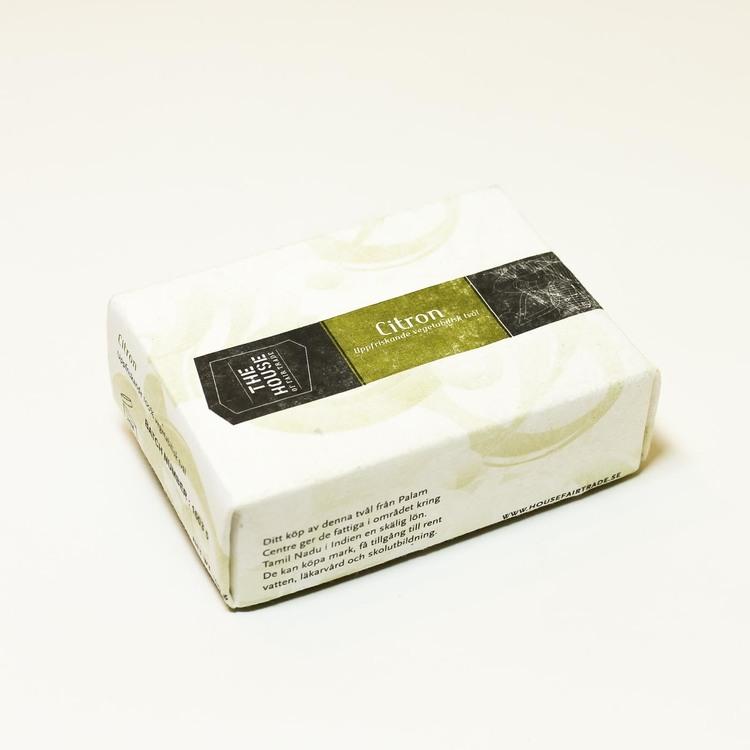 En förpackning fast tvål 'Citron'. Fair Trade, vegan, inte testad på djur, handgjord.