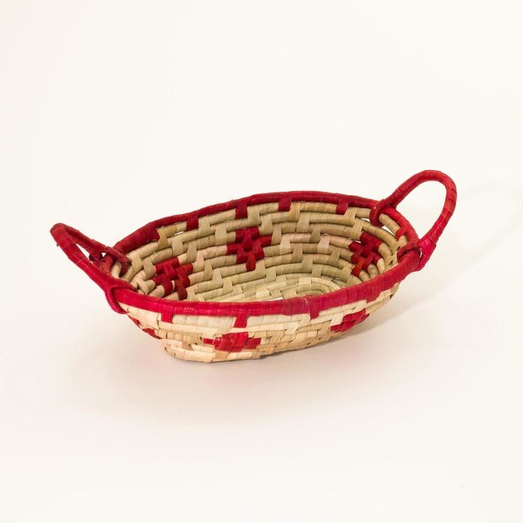 Korg av flätad palmblad, som presentkorg, gåvokorg eller till smågodis, två färgad, röd/natur, Fair Trade.