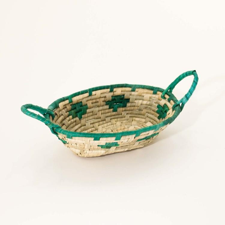 korg av flätad palmblad, som presentkorg, gåvokorg eller till smågodis, två färgad, grön/natur, Fair Trade.