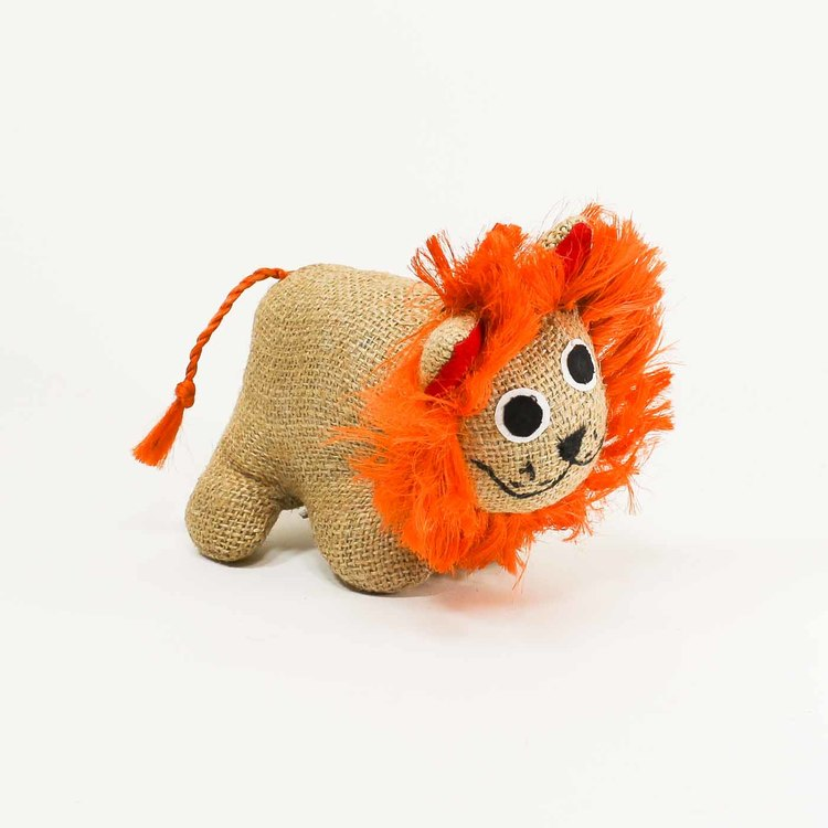Lejon-ungei naturfärgad jute med härlig man i kraftfull orange, även svansen är orange. Mycket trevlig uppsyn.