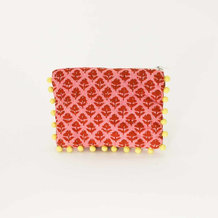 Sminkväska eller börs från Afroart, heltäckt med små röda blommar på rosa bakgrund. Med dragkedja.