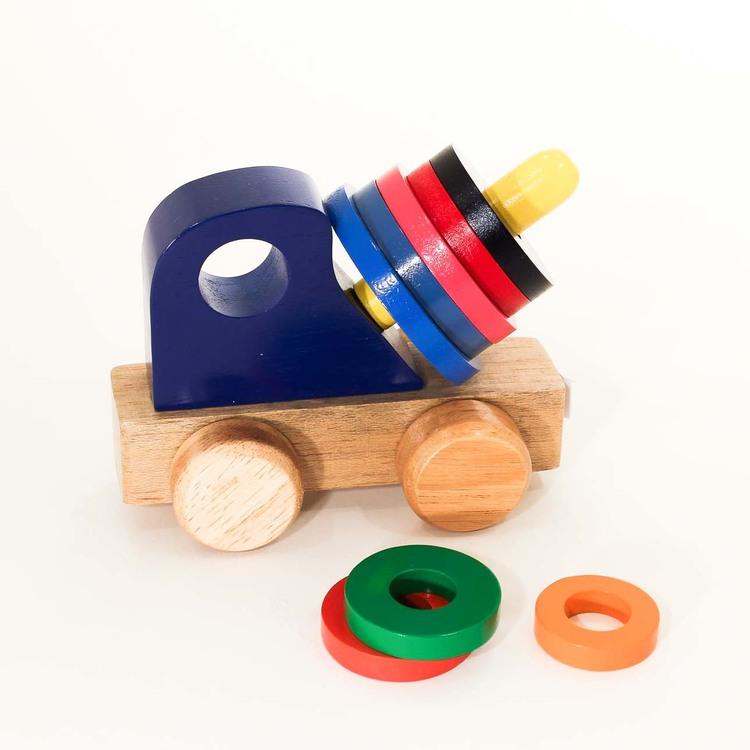 Betongblandare, leksaksbil i trä. Bilen är naturfärgad. Blandaren består av åtta träskivor i olika klara färger & storlekar som kan tas av och träs på.