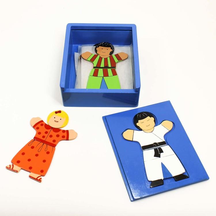 Den blå lådan från föregående bild, öppen. Motiv från föregående barn, därtill blond flicka och svarthårig pojke.