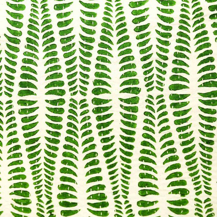 Kudde helmönstrad med grön ormbunke. Närbild på mönstret.