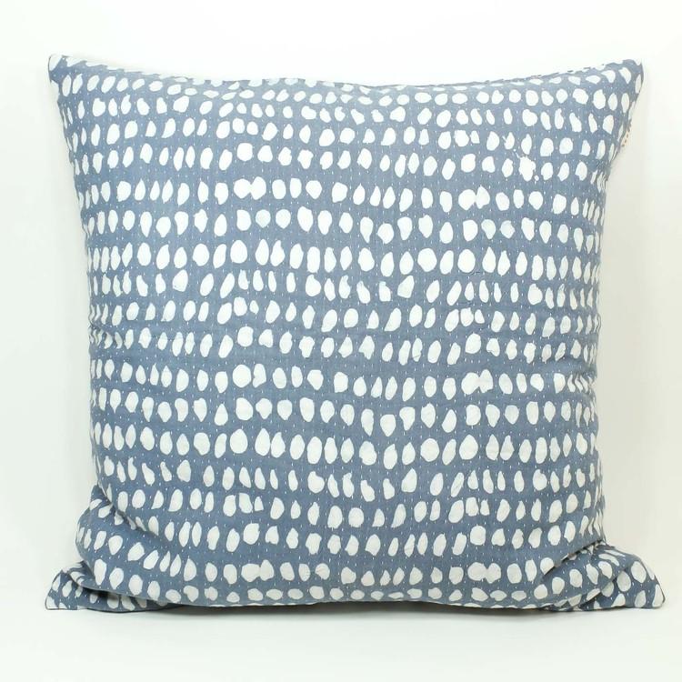 Kudde med mönster av vaxbatik i blågrå och vitblå färg.