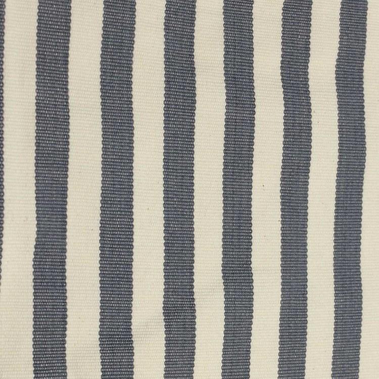 Kudde randigt mönstrad med grått på benvit botten. Närbild. Afroart.