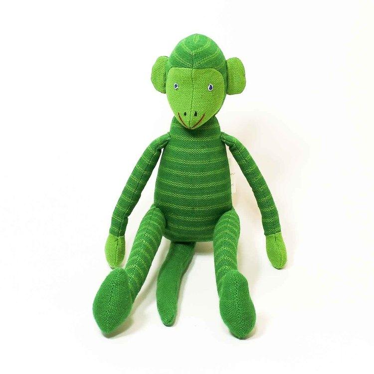 Sittande apa i tyg, klargrön. Kroppen, huvud, armar & ben med ljusgröna ränder, inte på svansen. Ljusgröna öron & händer, ljusgrönt ansikte. Charmig.
