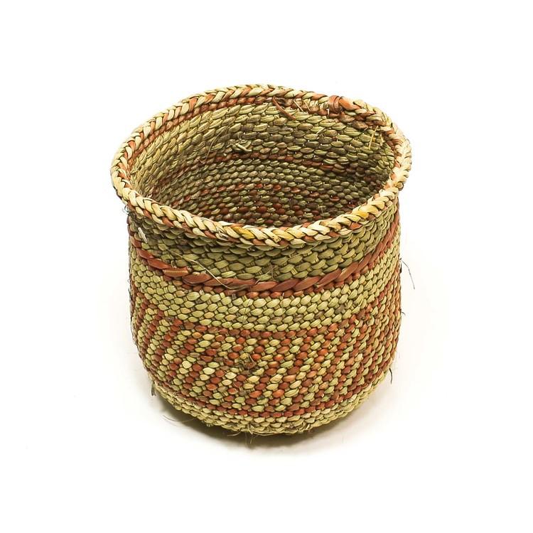 Öppen, flätad korg i naturfärg med enkelt terracottafärgad mönster som är typiskt i regionen Njombe, Iringa i Tanzania. Uppifrån.