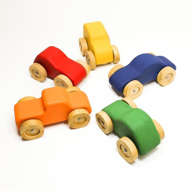 leksaksbilar i trä, samlingsbild, 5 bilar i cirkel, grön, orange, röd, gul, blå. Naturfärgade hjul..