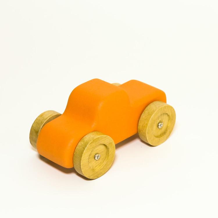 Leksaksbil i trä, orange. hjulen i natur. Formen: pickup.