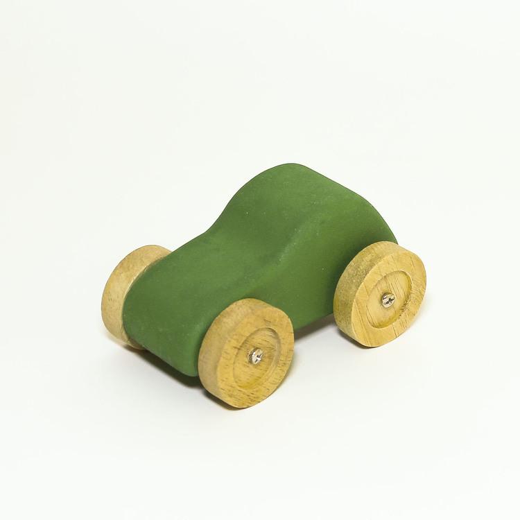 Leksaksbil i trä, grön. hjulen i natur. Formen: personbil.
