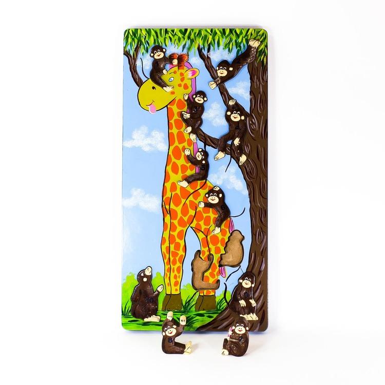 Pussel med små apor, numrerade 1 - 10, som klättrar på en giraff och i ett träd. Två apor är utanför så att man ser siluetterna där de ska placeras.