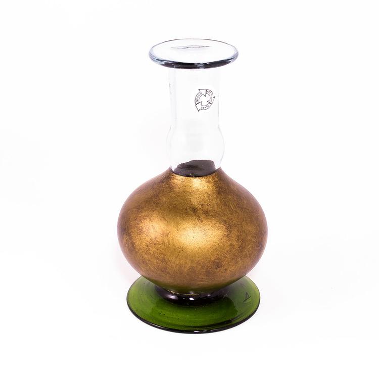 Ljusstake, vas tillverkad av munblåst, återvunnet glas. Mörkgrön fot, mörkt guldfärgad. Mexico, Fair Trade.