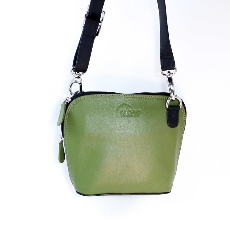 Liten axelremsväska, milt grön & svart, i fint nappaläder. Här den gröna framsidan, axelrem uppåt. Skinnväska från Fair Trade, Artisan Well , Indien