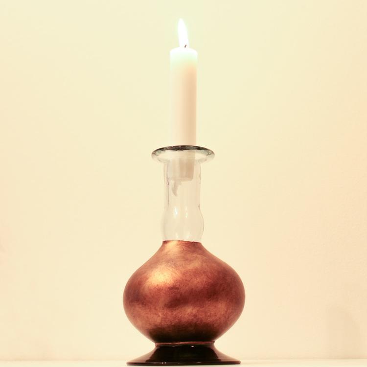 Ljusstake, vas tillverkad av munblåst, återvunnet glas. Mörkgrön fot, mörkt guldfärgad. Med stearinljus. Mexico, Fair Trade.