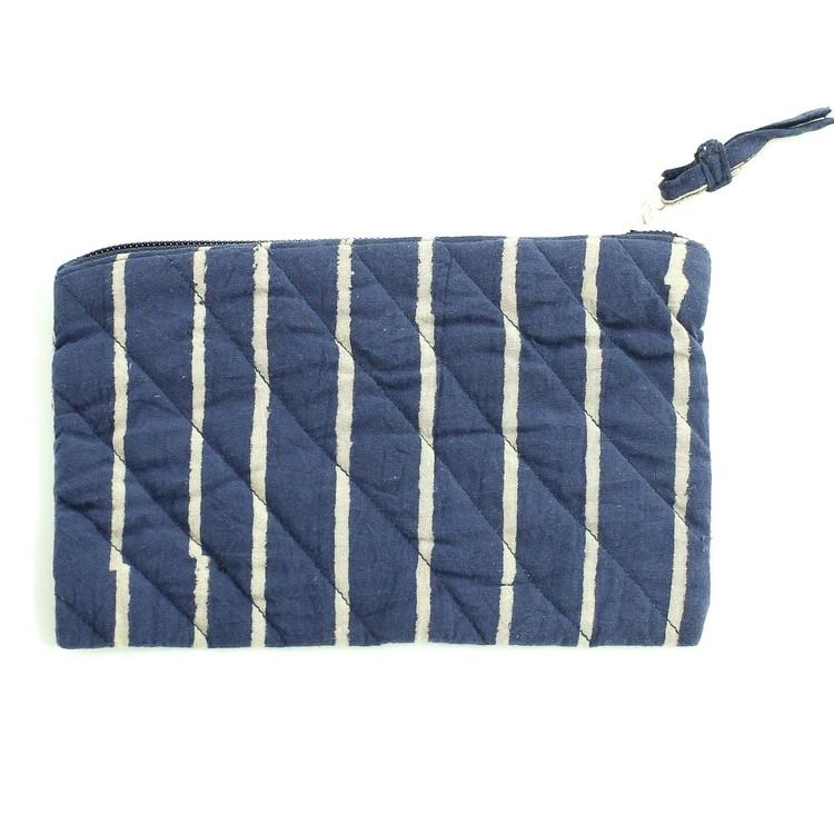 Quiltad sminkväska, i blått, beige ränder, dragkedja. Bomull, tillverkad i Indien för Fair Trade.