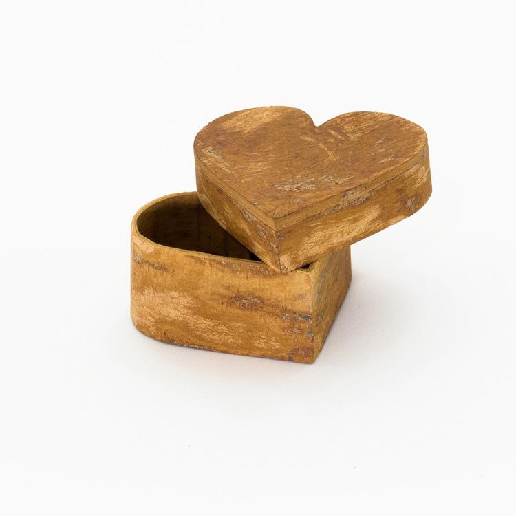 Liten ask i kanalbark för småsaker, formad som ett hjärta. Handgjord i Vietnam. Här med öppet lock.