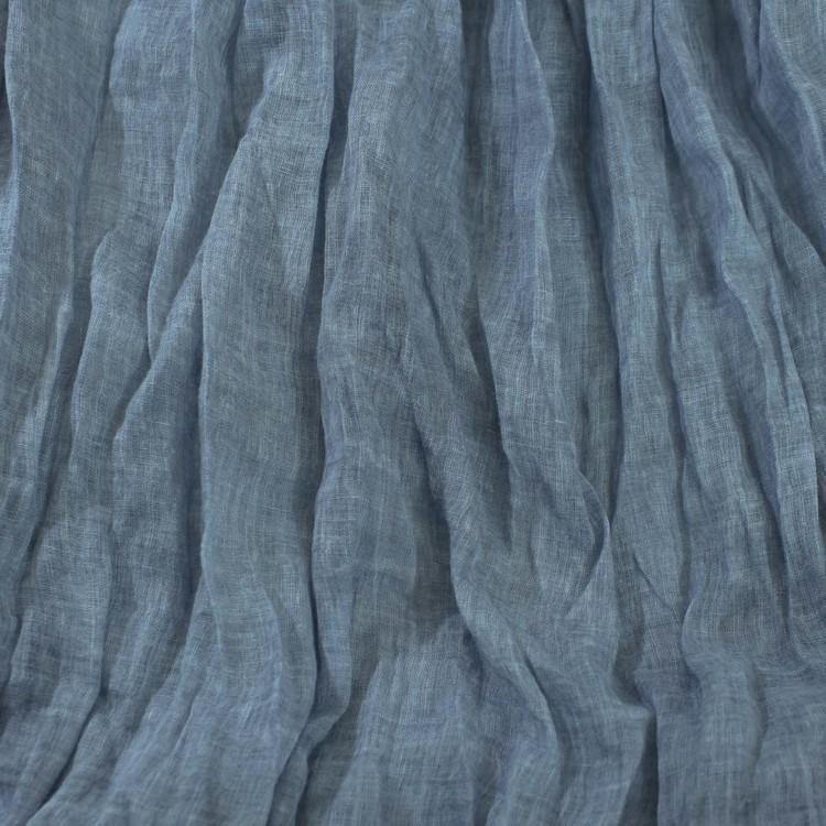 Lång & bred sjal i tunn krinklad bomull. Scarfen har milda blå och grå nyanser. Handvävd halsduk i Indien. Detaljbild.