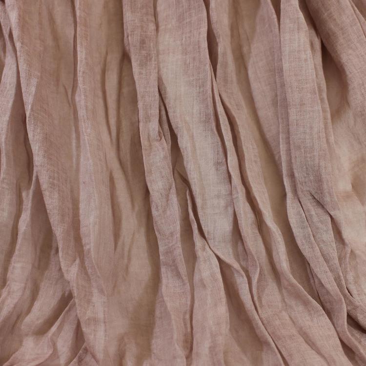 Lång & bred sjal i tunn krinklad bomull. Scarfen har rosa/beige nyanser. Handvävd halsduk i Indien. Kanterna är något fransiga. Detaljbild.