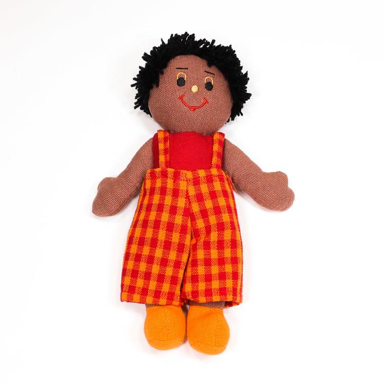 Glada tygdockor i bomull till yngre barn. Här en pojkdocka, hendocka med mörk hud och svart kort hår.