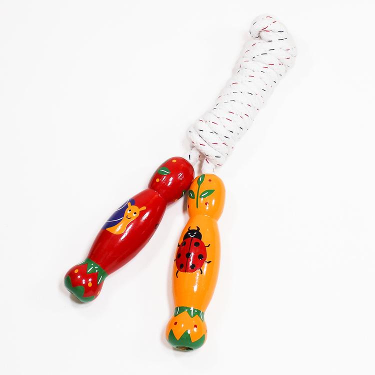 Rejält hopprep med handtag i trä, handmålat motiv, småkryp. Kortrep 225 cm. Varumärket Lanka Kade.