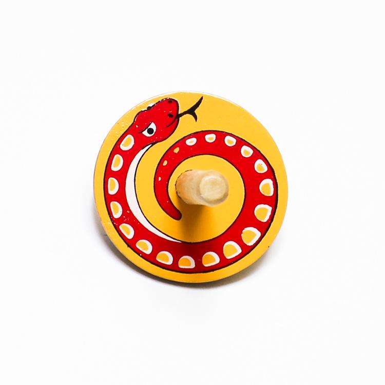 Klassisk, enkel snurra i trä med en orm målad på ovansidan. Känd även som spinner eller spinning top. Leksak för barn.