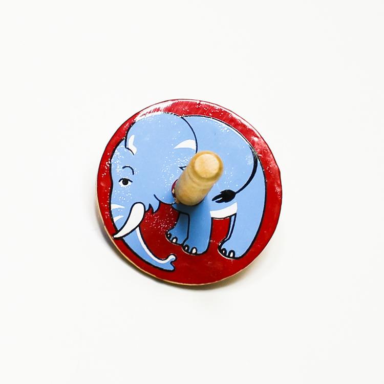 Klassisk, enkel snurra i trä med en elefant målad på ovansidan. Känd även som spinner eller spinning top. Leksak för barn.