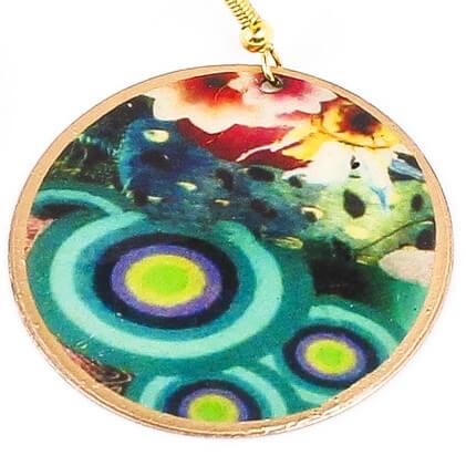Vackert örhänge i mässing, flera färger. Ett indiskt smycke, handgjort för Fair Trade. Närbild.