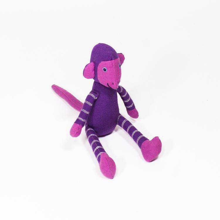 Sittande apa i tyg, lila. Kroppen, huvud, armar & ben med ljuslila ränder, inte på svansen. Ljusa öron & händer, sött och vänligt ansikte. Charmig som maskot!
