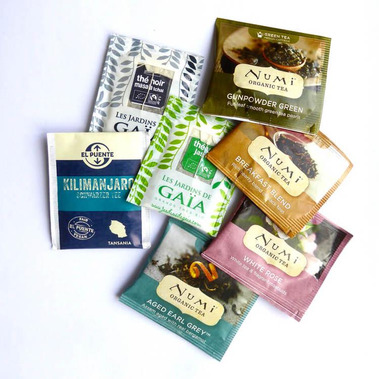 Börja dagen med en rättvis kopp te! Smakprov te i påse, 7 sorter med koffein, svart, grönt, vitt, rent eller smaksatt. Fairtrade & ekologiskt.