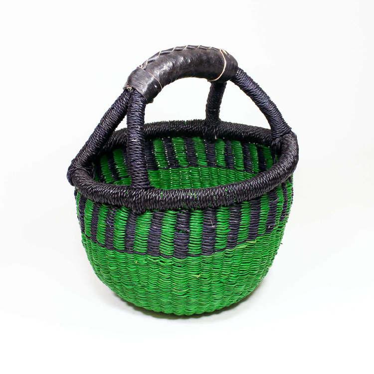 Liten, grön korg från Bolga i Ghana. Handflätad för Fair Trade. Praktisk för förvaring av småsaker och samtidigt en snygg inredningsdetalj.