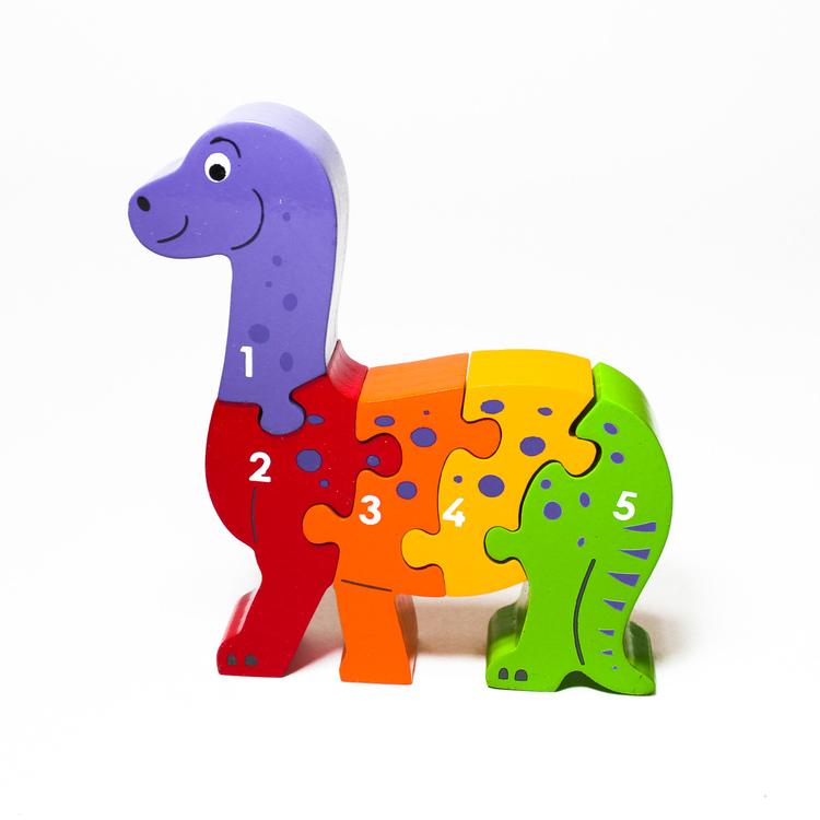 Snäll , färgglad dinosaure som träpussel, med siffrorna 1 -5 på ena sidan. Rekommenderas till barn äldre än 1 år. giftfria färger. Fair Trade.