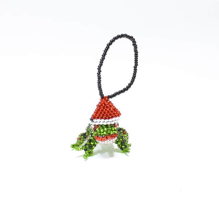 Julpynt, groda med röd tomteluva. Handgjord av små glaspärlor på björntråd. Fair Trade från Guatemala.