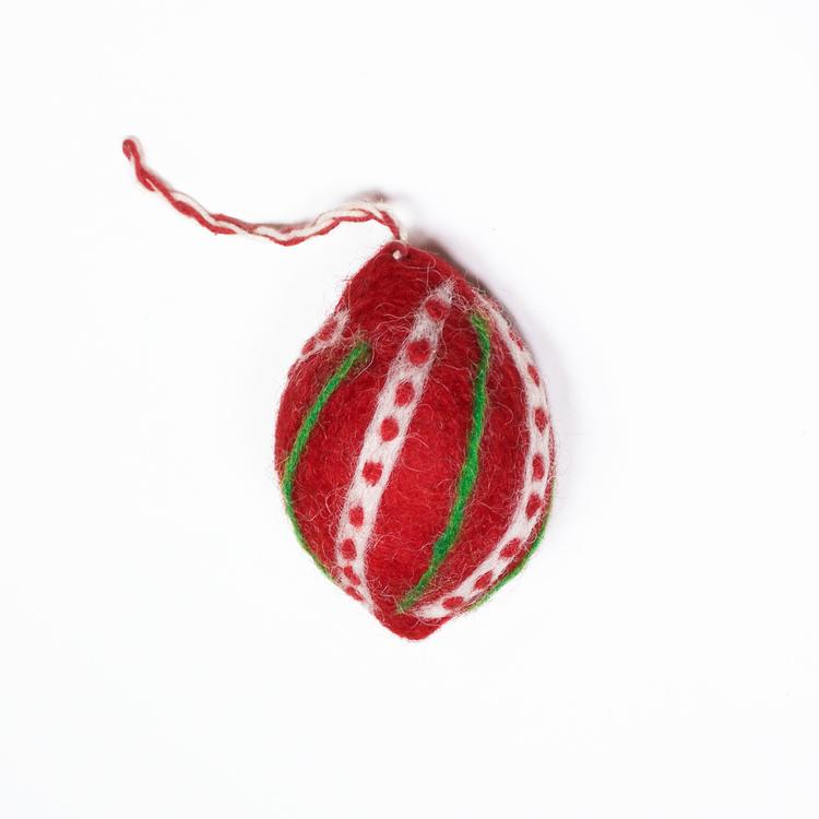 Julkula som dekoration till julgran eller julpynt. Röd med vitt och grönt mönster. Handtovad i Nepal för Fair Trade.