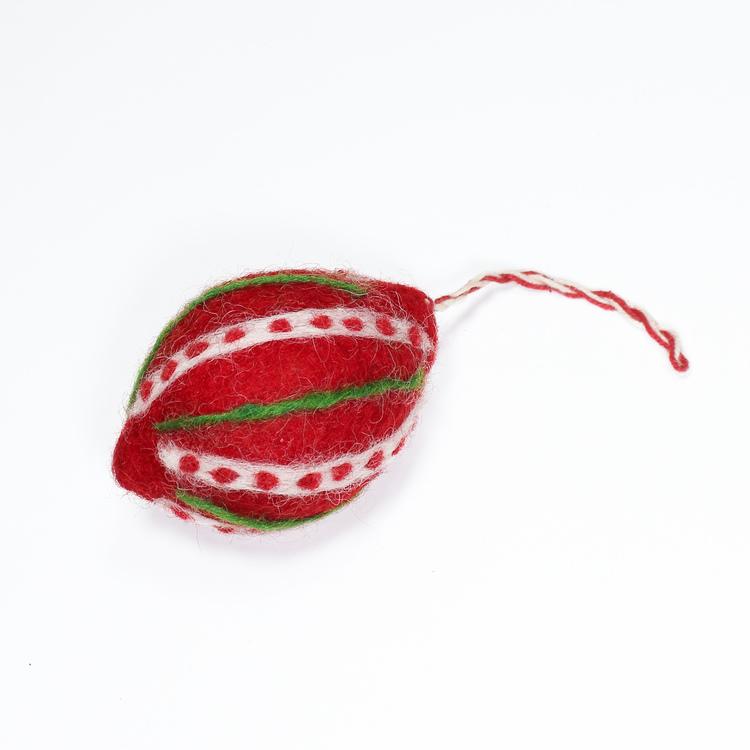 Julkula som dekoration till julgran eller julpynt. Röd med vitt och grönt mönster, vilket syns tydligt. Handtovad i Nepal för Fair Trade.