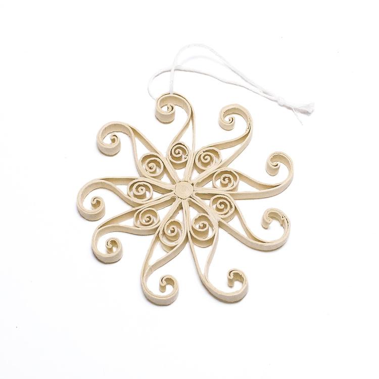 Snöflingan Snowflake från Afroart är en fin liten juldekoration i granen, eller under hela vintern i fönstret eller under lampan.