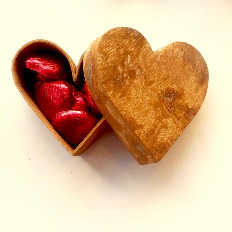 Hjärtformad ask av kanelbark, fyllt med chokladhjärtan, mörk choklad från Divine. Fairtrade.